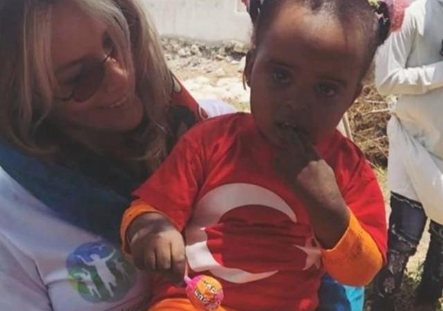 Gamze Özçelik mülteci kampında yardım dağıttı