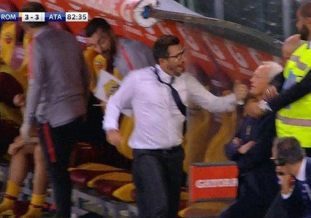 Gol sevincinde elini kırdı!