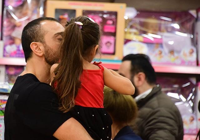 Okan Kurt, kızını öpmelere doyamadı!
