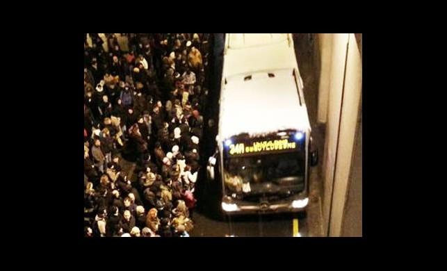 Binlerce İnsan Metro Bekliyor