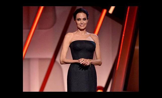 Angelina'dan siyah şıklığı