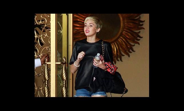 Miley'den Bacak Şov