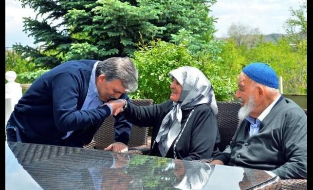 Abdullah Gül annesinin elini öptü