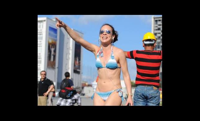 Bikinili Kadın Taksim'i Karıştırdı!