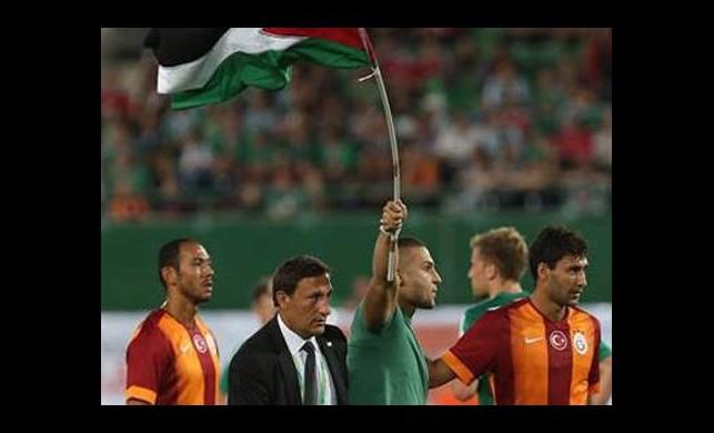 Filistin bayrağı ile sahaya girdiler