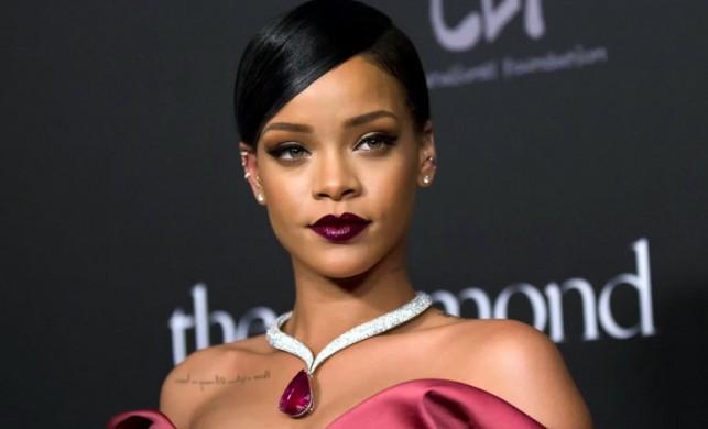 Rihanna'dan sakatlayan öpücük!