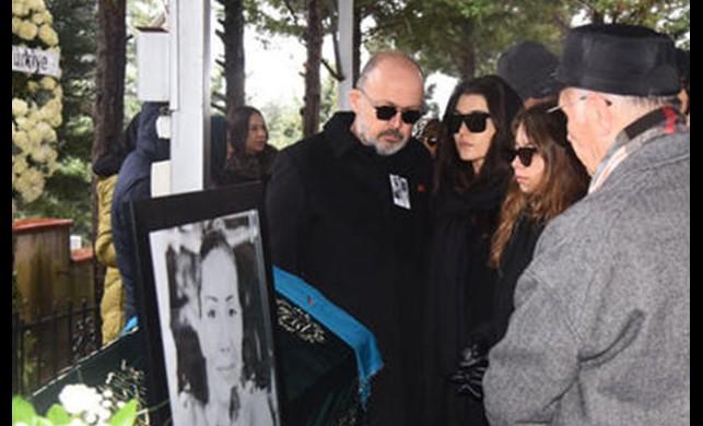 Hande Erçel'in annesi son yolculuğuna uğurlandı!