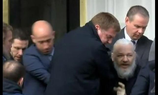 WikiLeaks'in kurucusu Julian Assange gözaltına alındı! İşte ilk fotoğraf...
