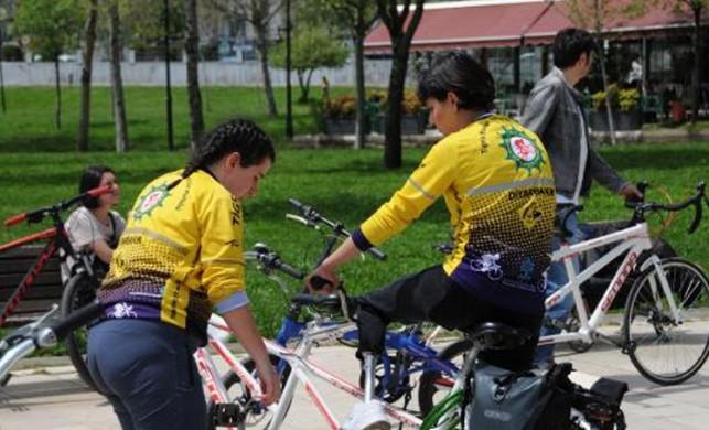 Protez bacağıyla 14 kilometre pedal çevirdi