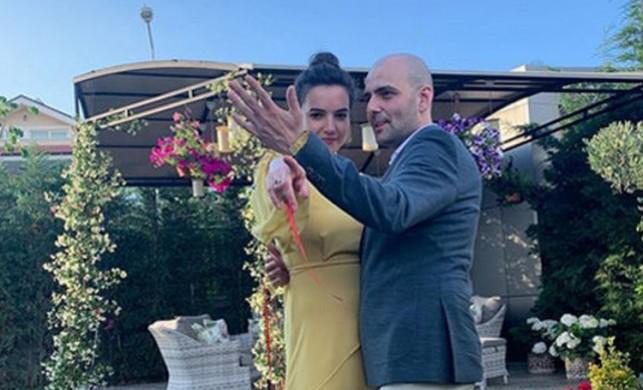 Oyuncu Bartu Küçükçağlayan sevgilisi Merve Özgüle ile nişanlandı