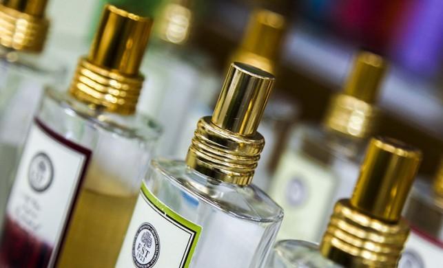 Parfümünüzü eğer göbek deliğinize sıkarsanız...
