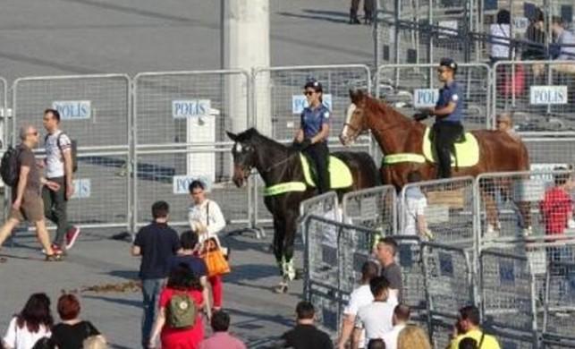 Atlı polisler Taksim Meydanı'nda ilgi odağı oldu