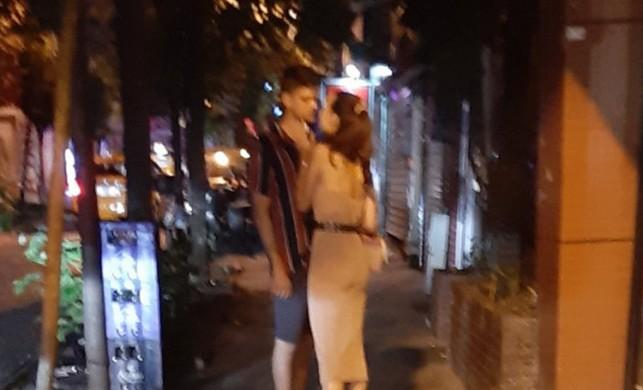 Ünlü oyuncu öpüşürken yakalandı!