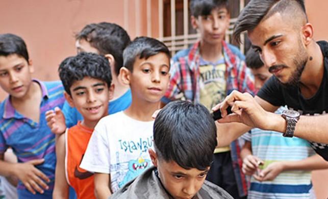 Sokak sokak dolaşıp, çocukları ücretsiz tıraş ediyor