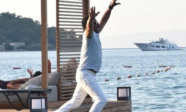 Mansur Ark kıyafetleriyle denize atladı