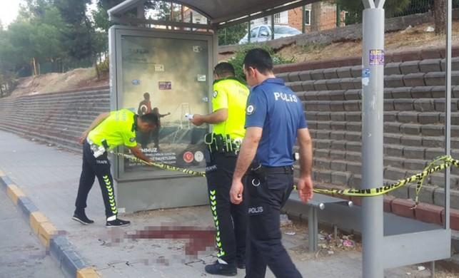 Motosiklet minibüs durağına çarptı: 1 ölü, 1 ağır yaralı