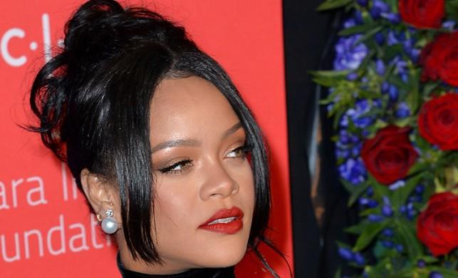 Rihanna kıyafetiyle dikkat çekti!