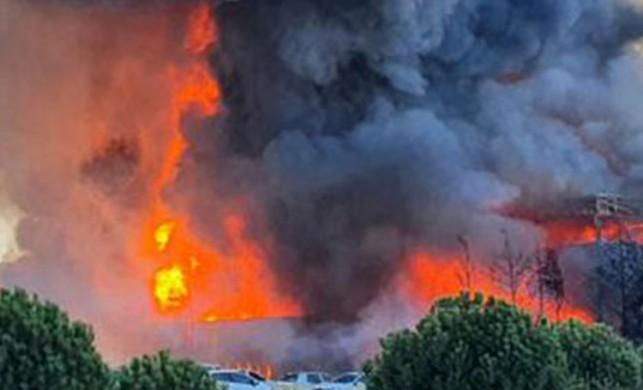 Tuzla'da büyük yangın! Gökyüzünü kara dumanlar kapladı