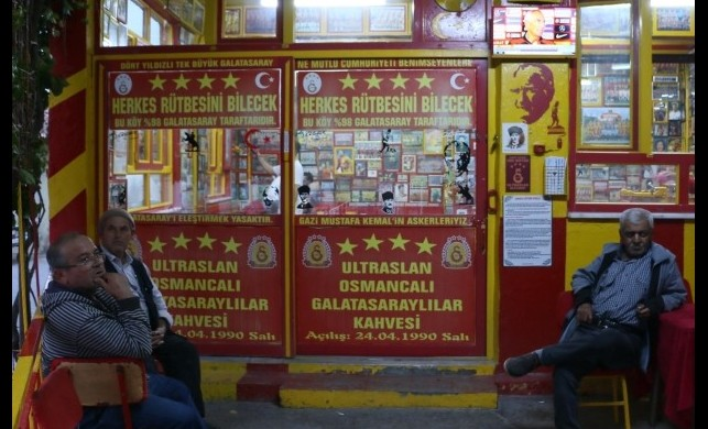 Bu kıraathanede Galatasaray'ı eleştirmek yasak