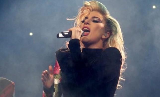 Lady Gaga, konserde kucak dansı yaparken hayranıyla birlikte...