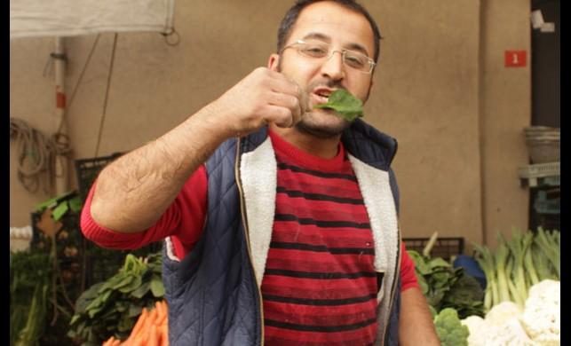 Pazarcılardan zehirli ıspanak protestosu! Ispanakları çiğ çiğ yediler
