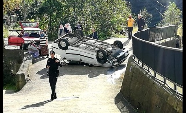 Rize'de trafik kazası! El frenini çekmeyi unuttu, takla atan arabada 2 kişi yaralandı