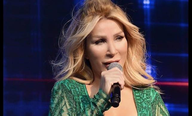 Kıbrıs'ta konser veren Seda Sayan, Nur Yerlitaş imzalı kıyafeti ile yine göz kamaştırdı