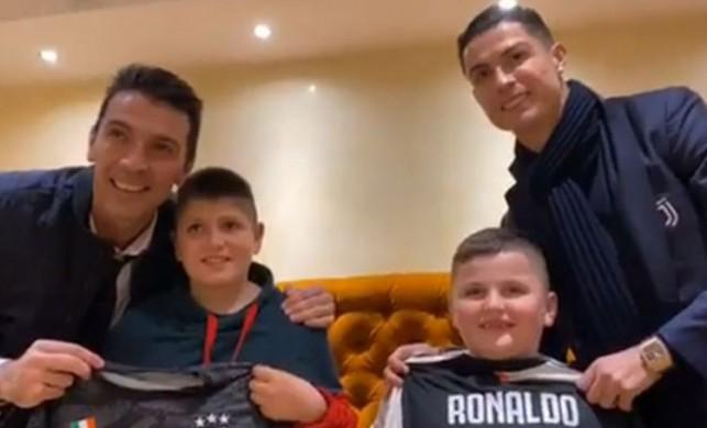 Arnavutluk'taki depremde balkondan atlayarak kurtulan çocuklara Ronaldo ve Buffon'dan sürpriz