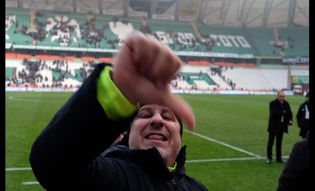 Gaziantep FK Teknik Direktörü Sumudica'nın maç sonrası yaptığı hareket ortalığı karıştırdı