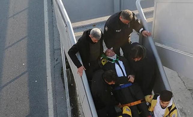 Durakta fenalaşarak düşen kişiye metrobüs çarptı