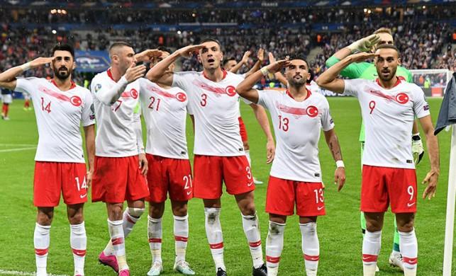 UEFA'dan asker selamı kararı! A Milli Takım'a kınama ve para cezası verildi
