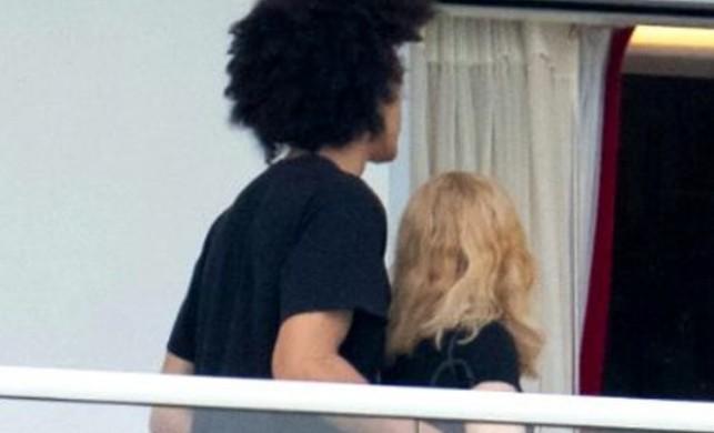 Ünlü şarkıcı Madonna, 35 yaş küçük dansçısıyla balkonda fena yakalandı