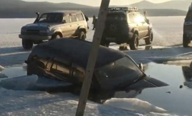 Kırılan buz tabakasının içine onlarca araç düştü