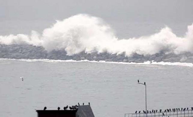 Zonguldak'ta, rüzgar nedeniyle denizde boyu 7 metreyi bulan dalgalar oluştu