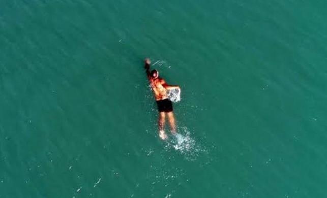 Kar soğuğunun vurduğu Antalya'da vatandaşlar ısınmak için denize girdi