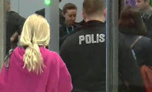 Genç şarkıcı Aleyna Tilki havalimanında olay çıkardı!