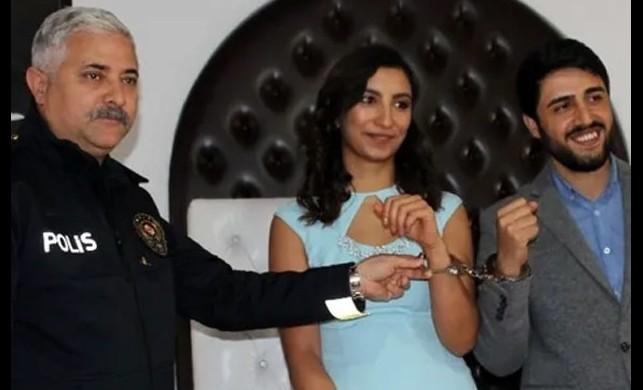 Emniyet Müdürü, nikah şahitliğini yaptığı çifte kelepçe taktı
