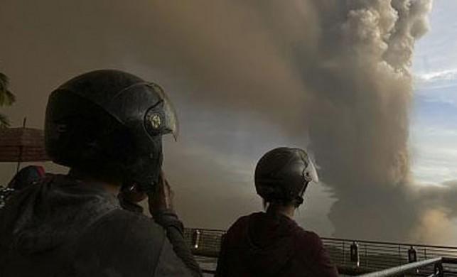 Filipinler'de yanardağ patladı, uçuşlar iptal edildi