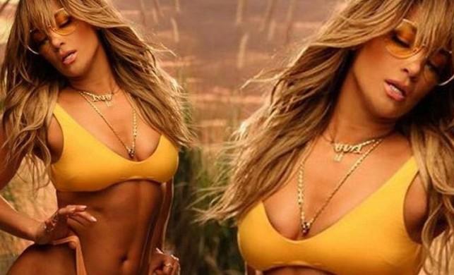 Ünlü şarkıcı Jennifer Lopez derin göğüs dekolteli pozuyla nefes kesti! Türk oyuncu da beğendi...