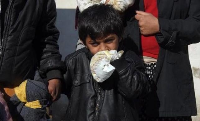 Yürek yakan olay! Isırmaması için küçük çocuğun ellerini bebek beziyle bağlıyorlar...