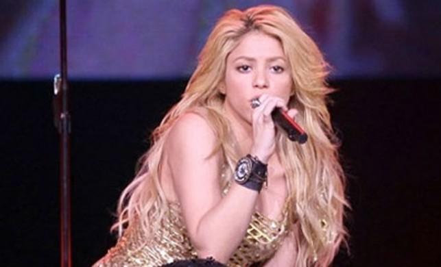 Shakira uzun sarı saçlarını omuz boyunda kestirerek, kahverengiye boyattı