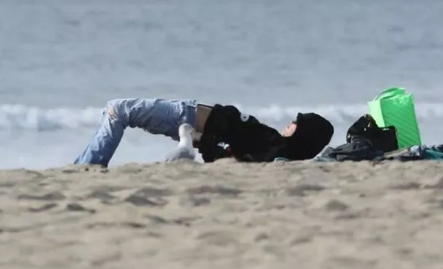 Miley Cyrus plajda şekilden şekle girdi