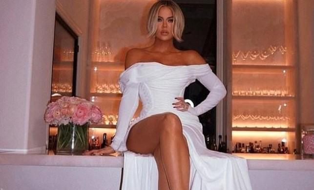 Khloe Kardashian göğüs dekolteli elbisesiyle Instagram'ı salladı!