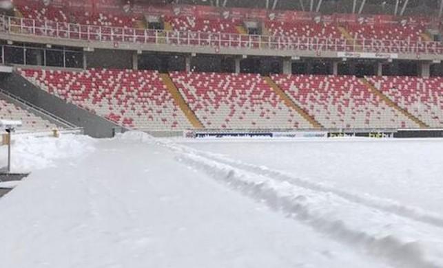 Sivasspor - Antalyaspor maçı öncesinde stat zemini karla kaplı
