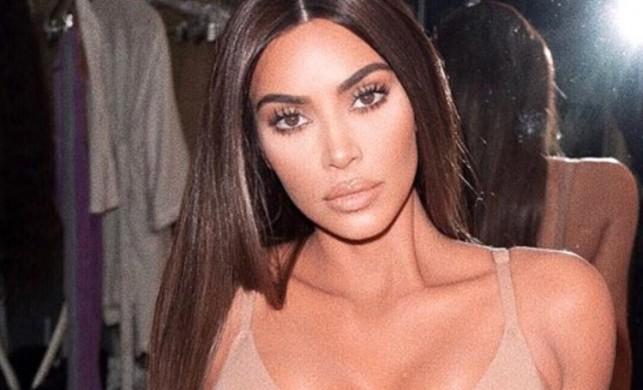 Kim Kardashian, derin bacak dekolteli elbisesiyle adeta büyüledi!