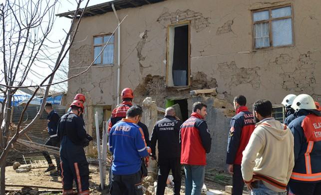 Elazığ'daki depremde hasar alan evine anten almak için giden Murat Demir hayatını kaybetti