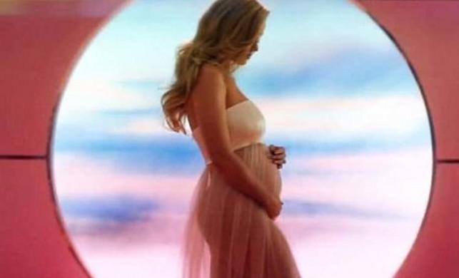 Katy Perry, yeni klibinde hamile olduğunu gösterdi