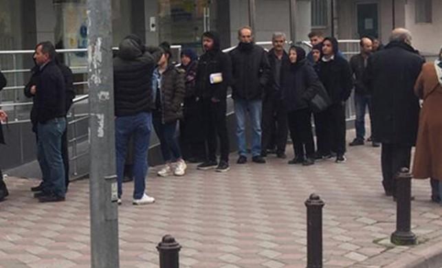 Ankara'da bir banka önünde koronavirüs kuyruğu