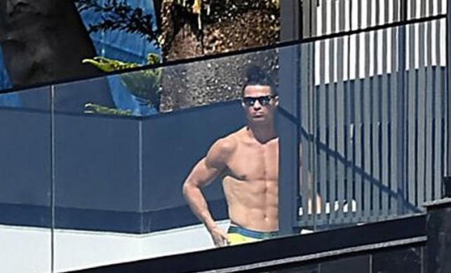 Koronavirüs karantinasındaki Ronaldo şoke etti! Güneşlenirken görüntülendi