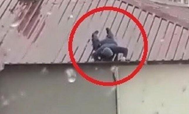 Ölümüne tamir: Hiçbir önlem almadan çatıya çıktı
